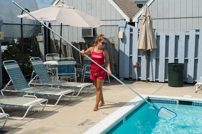 Plavčík se stará o čistotu bazéna.