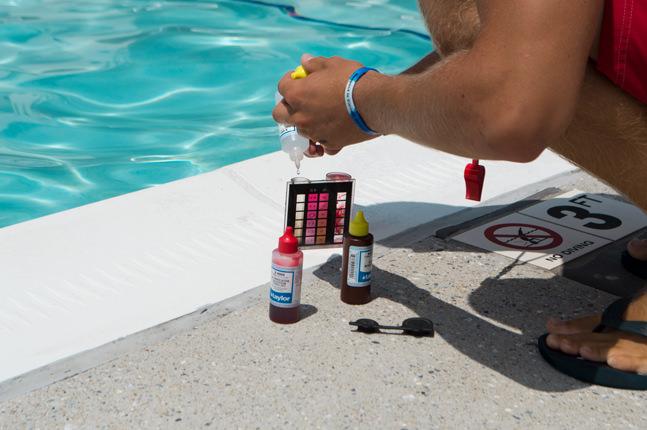 Plavčík měří kvalitu vody.